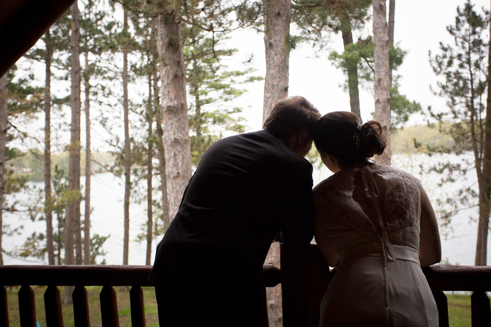 13-cabin-wedding-day-rainy-bride-groom-casual-portraits-mahonen-photography
