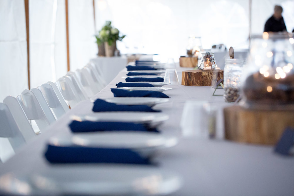 19-head-table-tent-wedding-reception-navy-blue-napkins-mahonen-photography
