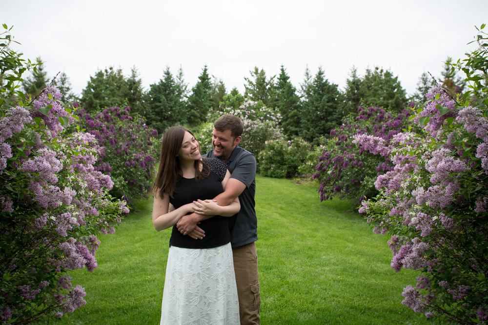 03-minnesota-landscape-arboretum-spring-engagement-session-fields-of-lilacs-mahonen-photography