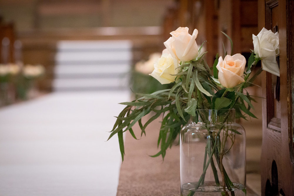 11-hope-community-church-minneapolis-minnesota-wedding-ceremony-details-white-red-roses-glass-vase-simple-florals-mahonen-photography.jpg