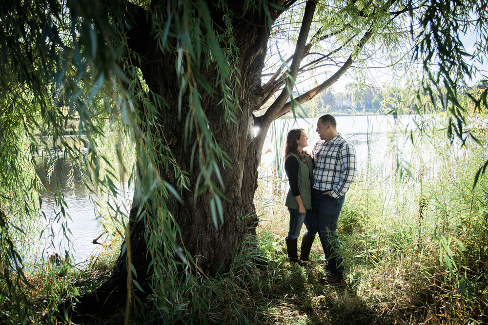 02-lake-of-the-iles-minneapolis-minnesota-fall-engagement-session-weeping-willow-mahonen-photography.jpg