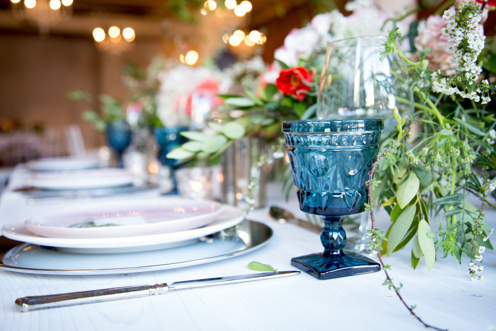 14-wedding-recetion-head-table-details-blue-goblet-florals-centerpieces-mahonen-photography.jpg