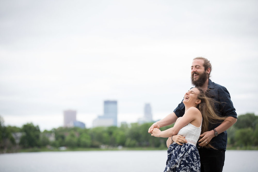 01-minneapolis-skyline-minnesota-engagement-photographer-silly-fun-portraits-mahonen-photography.jpg