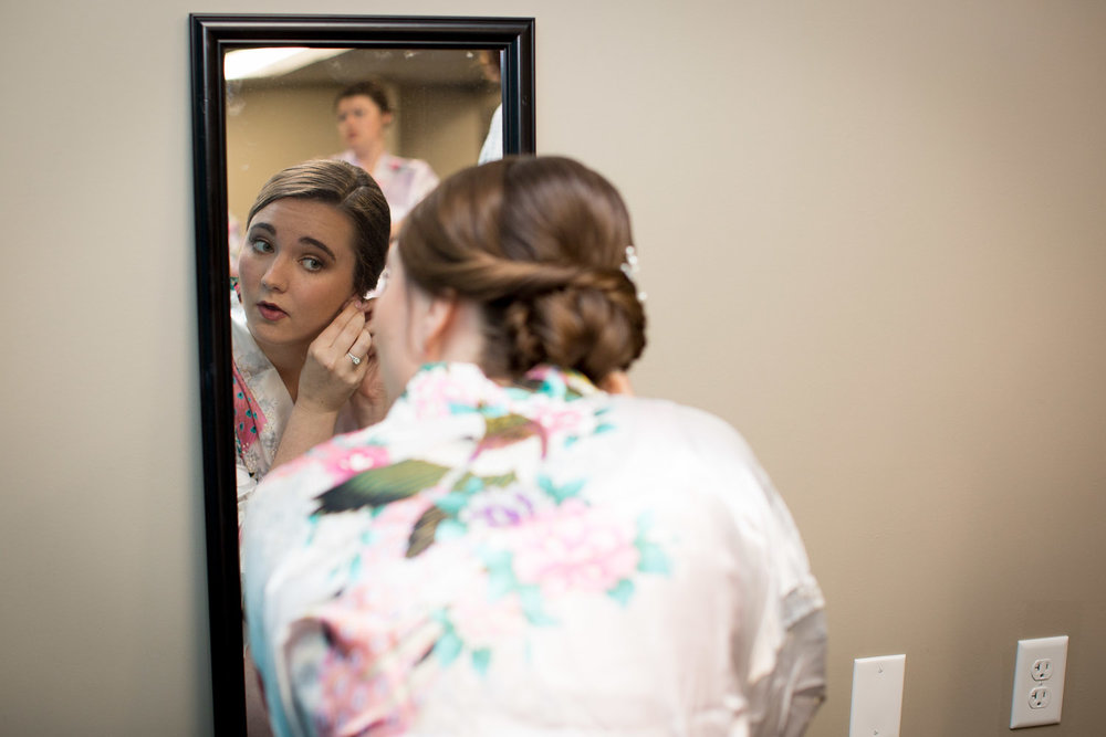 02-wedding-day-bride-getting-redy-mirror-white-floral-robe-mahonen-photography.jpg