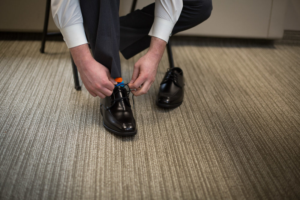 06-wedding-day-morning-getting-ready-shiny-shoes-bright-argyle-socks-details-mahonen-photography.jpg