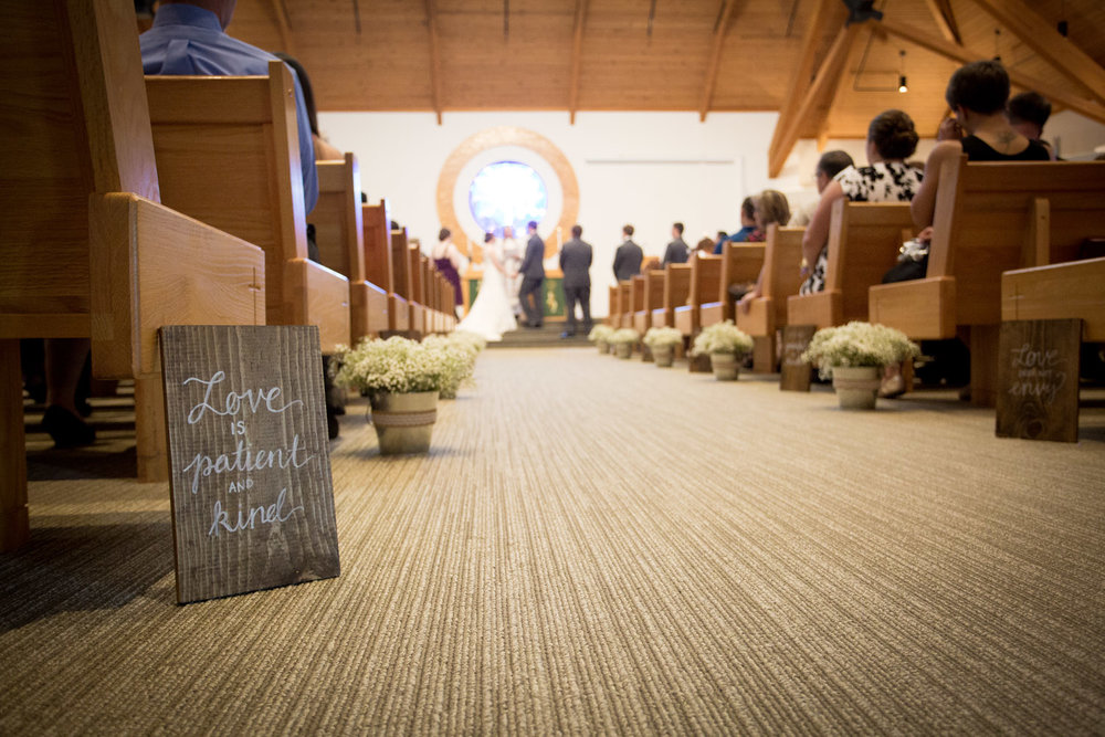 08-good-shepherd-luthern-church-minnesota-wedding-ceremony-photographer-corinthians-bible-verse-detail-love-is-patient-and-kind-aisle-decor-mahonen-photography.jpg