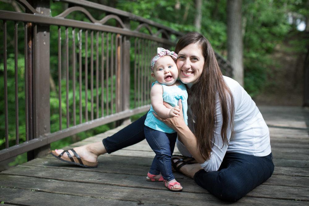 06-minneapolis-photographer-mother-daughter-wooden-bridge-mahonen-photography.jpg