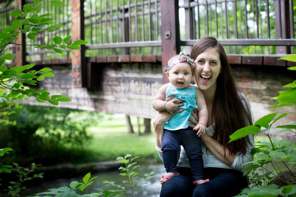 07-minneapolis-photographer-mother-daughter-wooden-bridge-mahonen-photography.jpg