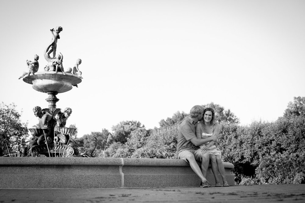 03-minneapolis-mn-wedding-photographer-rose-garden-fountain-black-and-white-summer-engagement-photos-mahonen-photography.jpg
