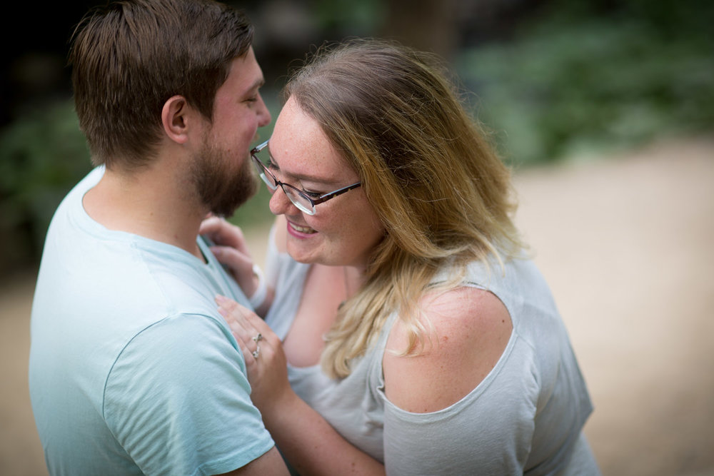 01-minnehaha-falls-minneapolis-wedding-photographer-summer-engagement-photos-unposed-laughter-candid-portrait-mahonen-photography.jpg