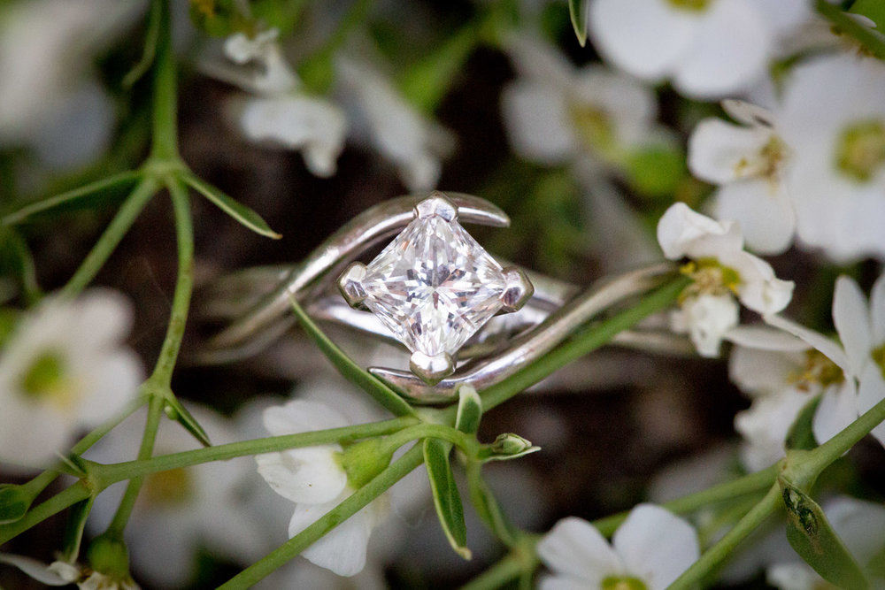 06-minnehaha-falls-minneapolis-wedding-photographer-summer-engagement-photos-ring-details-square-diamond-twist-white-flowers-mahonen-photography.jpg