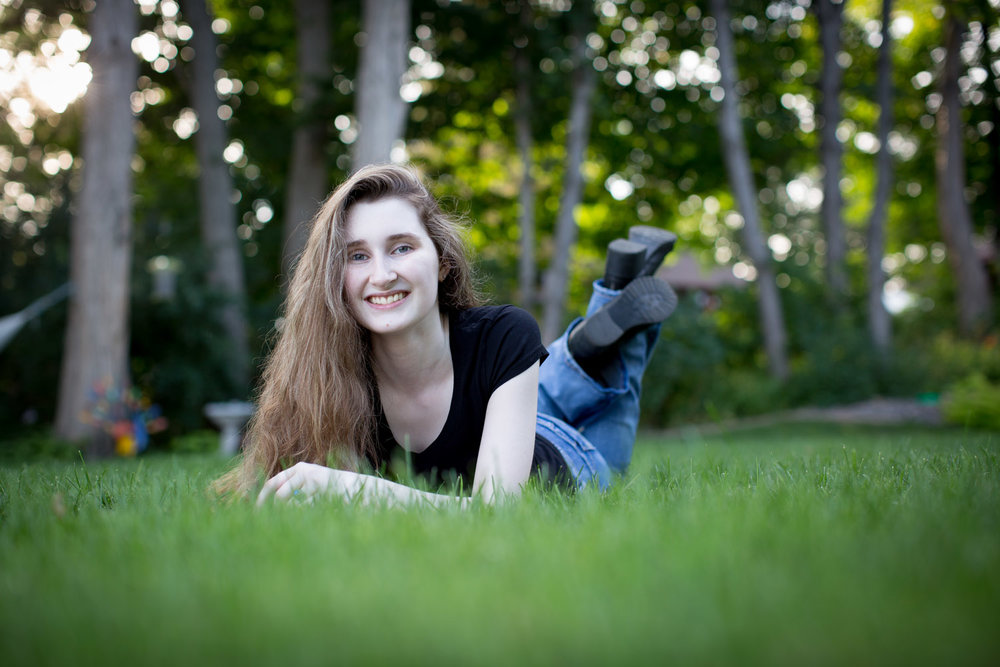 04-minnesota-senior-photographer-summer-photos-at-the-lake-green-grass-mahonen-photography.jpg