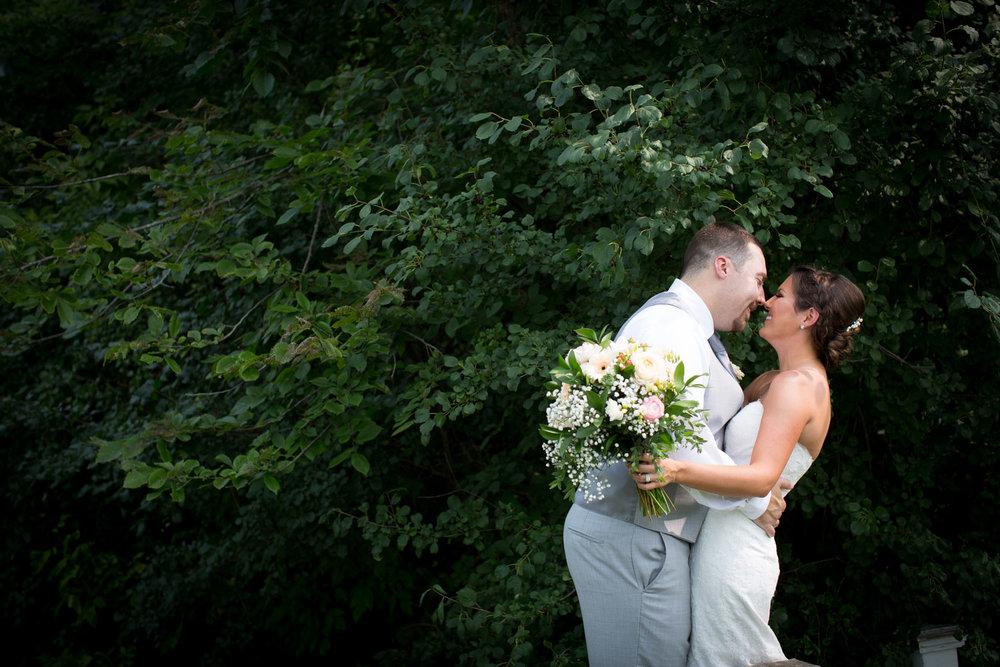 11-ridgetop-prescott-wisconsin-wedding-photographer-bride-and-groom-informal-portraits-greenery-backdrop-mahonen-photography.jpg