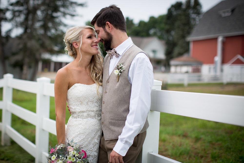 05-dellwood-barn-minnesota-wedding-photographer-farm-real-bride-groom-portraits-white-fence-mahonen-photography.jpg