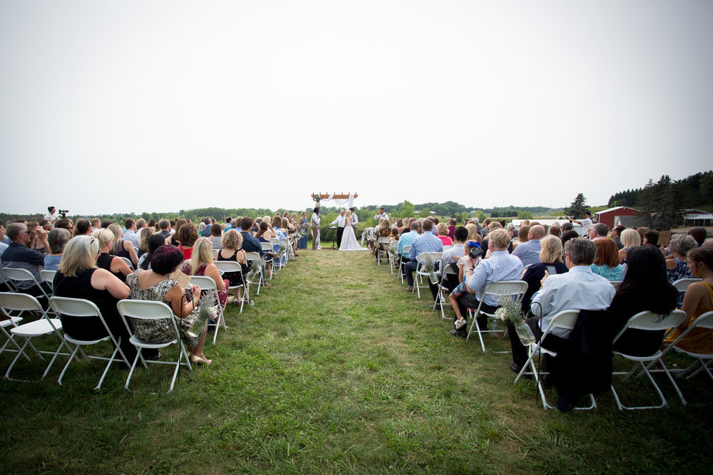 17-dellwood-barn-weddings-minnesota-wedding-photographer-outdoor-summer-ceremony-grassy-field-mahonen-photography.jpg