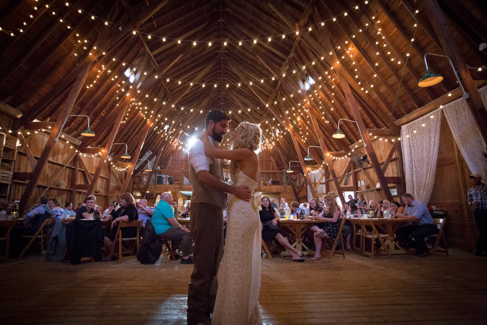 28-dellwood-barn-weddings-minnesota-wedding-photographer-summer-reception-bride-groom-newliweds-first-dance-mahonen-photography.jpg