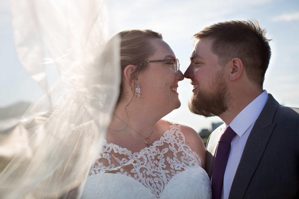 18-university-of-minnesota-campus-club-wedding-photographer-bride-groom-photo-portrait-coffman-memorial-union-bridge-bridal-veil-mahonen-photography.jpg