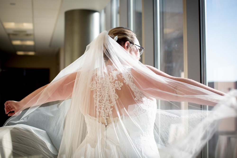 21-university-of-minnesota-campus-club-wedding-photographer-bride-portrait-veil-mahonen-photography.jpg