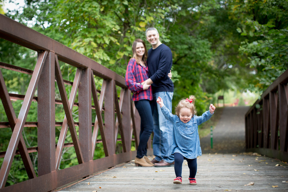 06-maple-grove-arboretum-minnesota-family-fun-photographer-bridge-fall-photo-session-baby-girl-mahonen-photography.jpg