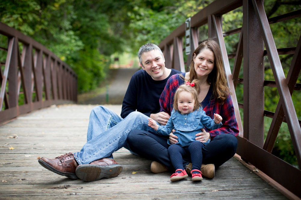 07-maple-grove-arboretum-minnesota-family-fun-photographer-bridge-fall-photo-session-baby-girl-mahonen-photography.jpg