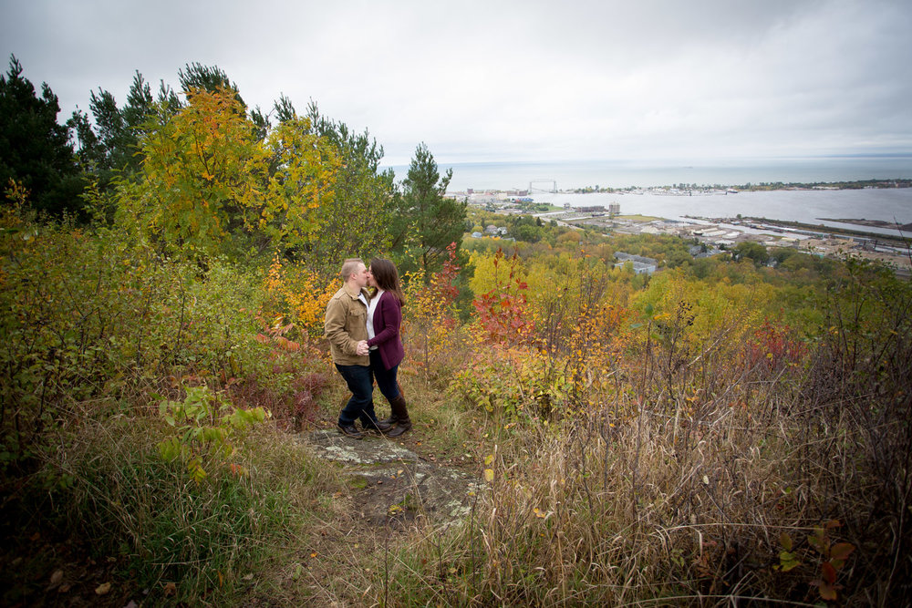 09-duluth-engagement-photographer-enger-park-minnesota-fall-color-photo-session-fun-couple-playful-mahonen-photography.jpg
