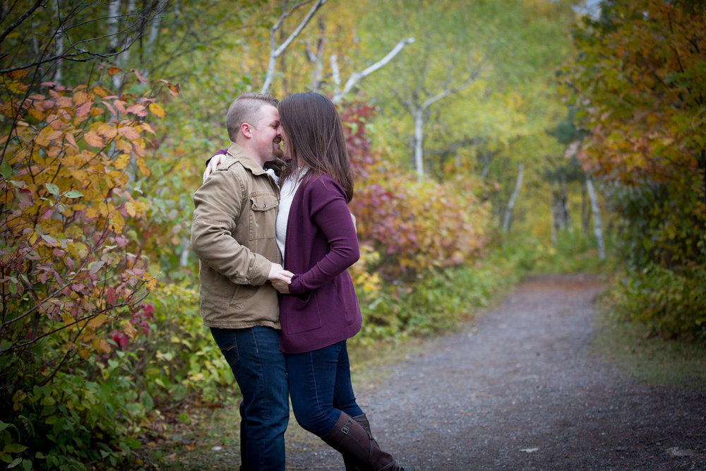 16-duluth-engagement-photographer-enger-tower-minnesota-fall-color-playful-couple-trail-mahonen-photography.jpg