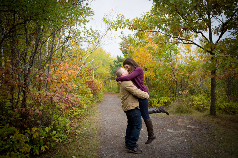 17-duluth-engagement-photographer-enger-tower-minnesota-fall-color-playful-couple-lift-trail-mahonen-photography.jpg