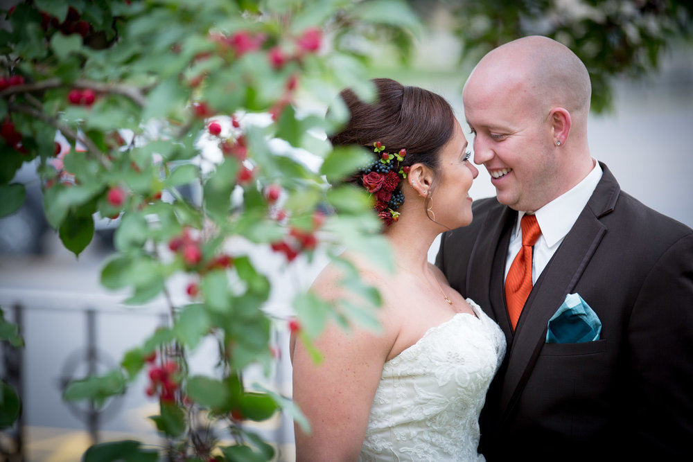 09-bride-groom-realxed-portraits-wedding-portraits-fall-colors-crap-abble-tree-mn-wedding-photographer-mahonen-photography.jpg