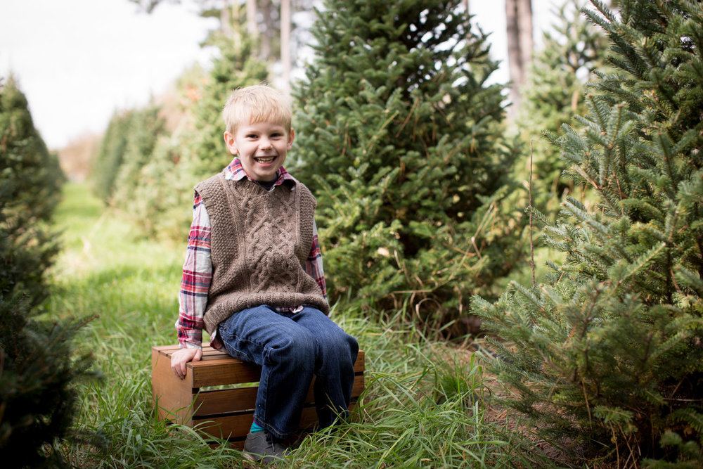 08-hansen-tree-farm-christmas-mini-sessions-minnesota-family-photographer-hand-knit-sweater-vest-red-plaid-festive-mahonen-photography.jpg