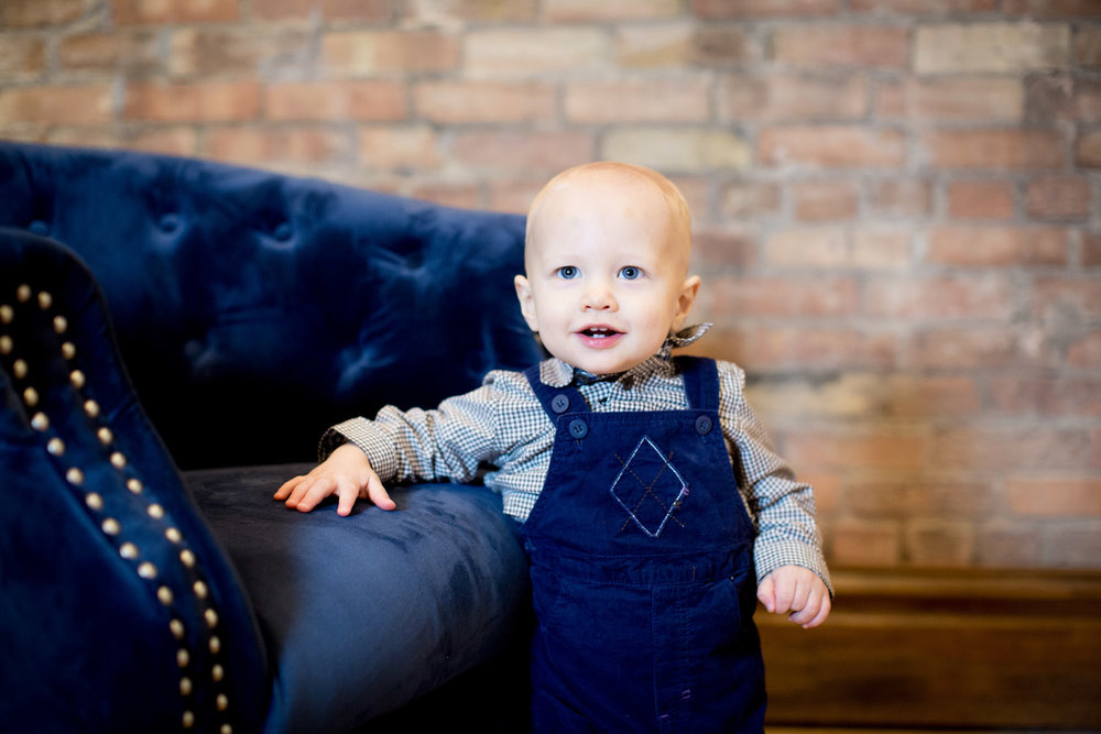 02-christmas-photos-minnesota-studio-family-photographer-navy-blue-overalls-mahonen-photography.jpg