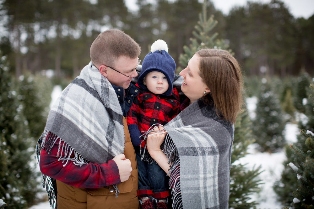 06-hansen-tree-farm-christmas-family-of-three-photographer-mn-mother-son-winter-gray-plaid-blanket-mahonen-photography.jpg
