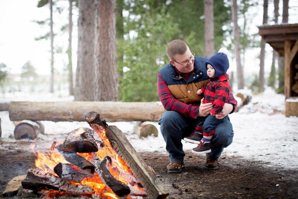 09-hansen-tree-farm-christmas-family-photographer-mn-father-son-winter-bonfire-mahonen-photography.jpg