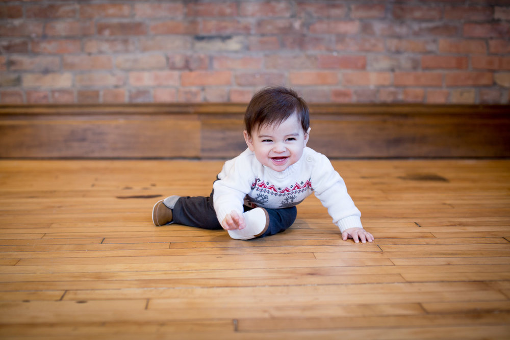 01-mn-studio-family-photgrapher-brick-wall-6-month-old-boy-portrait-mahonen-photography.jpg