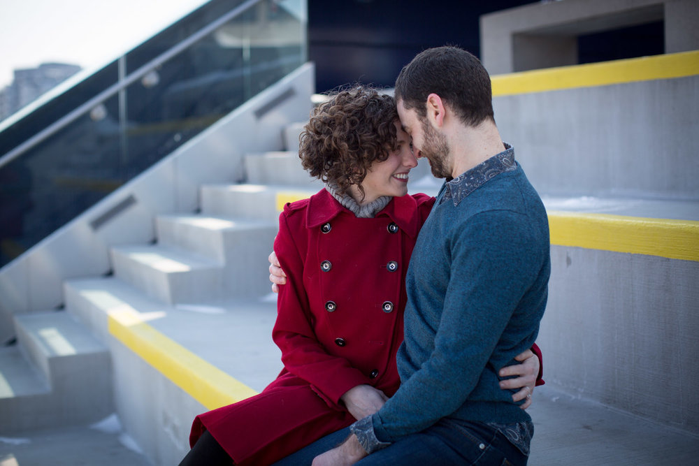 06-guthrie-theater-minneapolis-minnesota-winter-engagement-session-balcony-mahonen-photography.jpg
