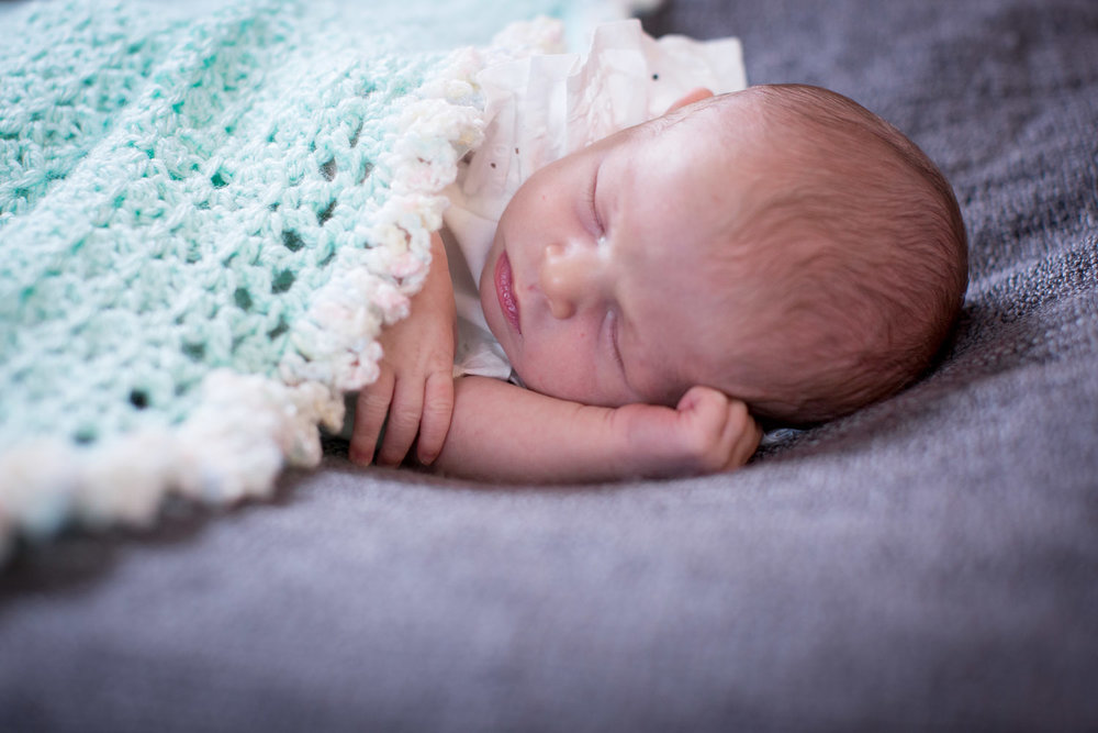 02-in-home-lifestyle-minnesota-newborn-photographer-baby-blanket-crochet-mahonen-photography.jpg