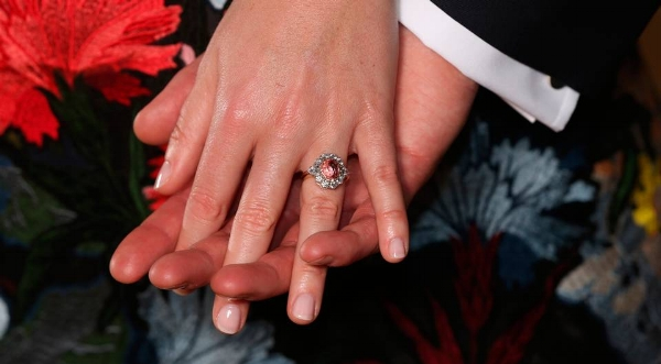 princess-eugenie-engagement-ring-pink-diamond.jpg