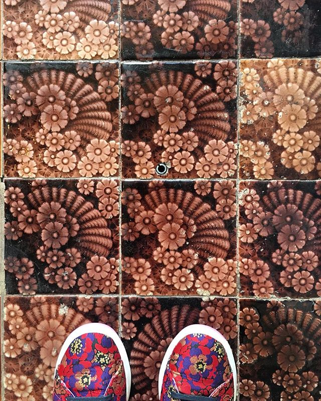 When your shoes match the tile🌸 .⠀ .⠀ .⠀ #yumiinteriors #berkeleyinteriordesigner #oaklandinteriordesigner #eastbayinteriordesigner #bayareainteriordesign #interiordesigner #instadecor #homesweethome #instahome #instadesign #tileinspo #designdetails #vintagetiles #bohohome #fromwhereistand #currentdesignsituation #myhouzz #lovewhereyoudwell  #designdetails  #eclecticdecor #designinspiration ⠀  #sodomino #mydomaine #lonnymag #foundandchairished #sunsetmag #apartmenttherapy #jungalowstyle #showemyourstyled #anthrohome