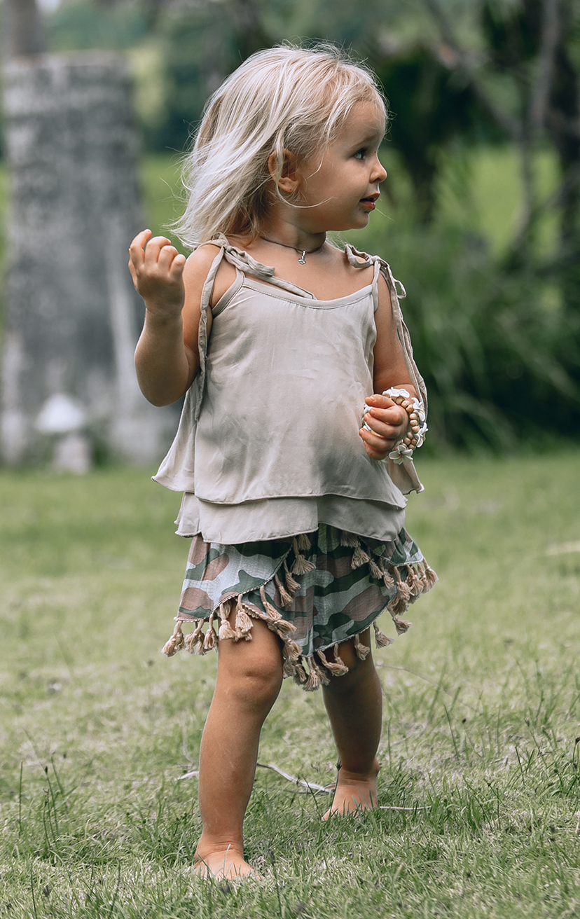 TOP BUZZY Double layered top, shoulder ties with pom pom RAYON VOILE | 2/3 | 4/5 | 6/7 | 8/10 – SHORTS JINGLE Tassel-edge scallop-front elastic-waist shorts RAYON VOILE | 2/3 | 4/5 | 6/7 | 8/10