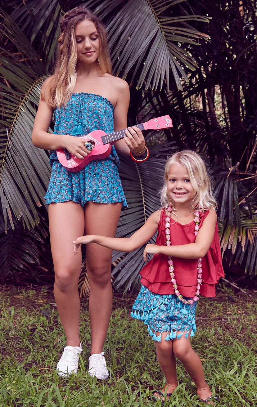 TOP BUZZY   Double layered top, shoulder ties with pom pom  100% RAYON | 2/3 | 4/5 | 6/7 | 8/10  –   SHORTS JINGLE   Tassel-edge scallop front, smocked waist shorts  100% RAYON | 2/3 | 4/5 | 6/7 | 8/10