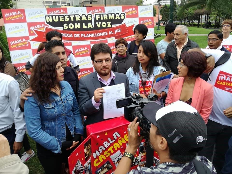 """Colectivo """"Habla Castañeda"""" presentando más de 25 mil firmas para que Luis Castañeda responda por los manejos de su gestión.Fuente: Habla Castañeda"""