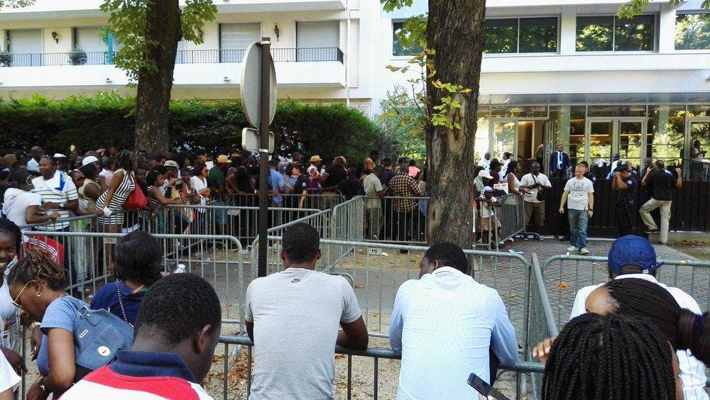 File d'attente pour voter, ambassade du Gabon à Paris.