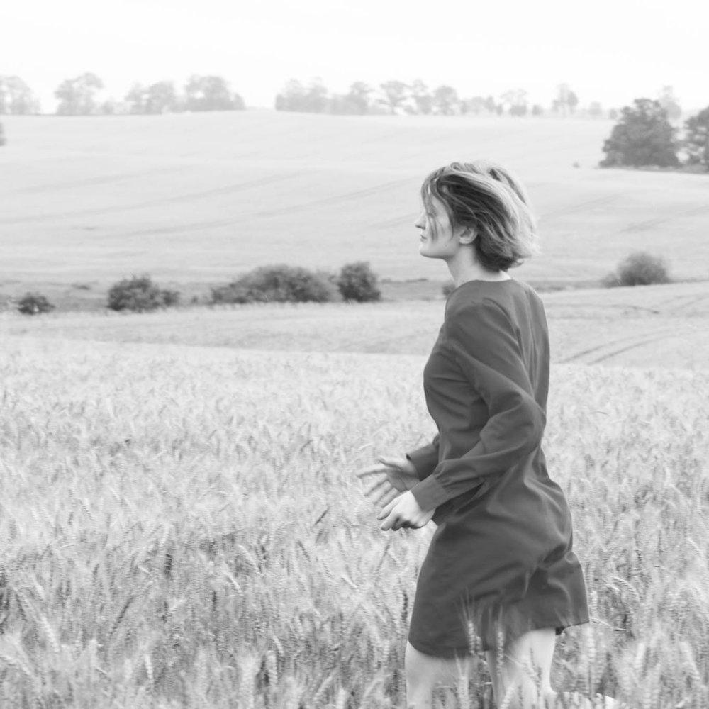 Monika Luka  - Artista polaca, diseñadora gráfica y fotógrafa. Estudió diseño y exhibió sus primeras obras en Londres en los años 2004 - 2010. En 2010 se mudó a China donde comenzó a organizar grupos de fotografía y exposiciones, estudio pintura tradicional china y desarrollando el proyecto documental '10 segundos de mi día' que hasta ahora sólo se ha proyectado en China y en México.FB:communication-x-art