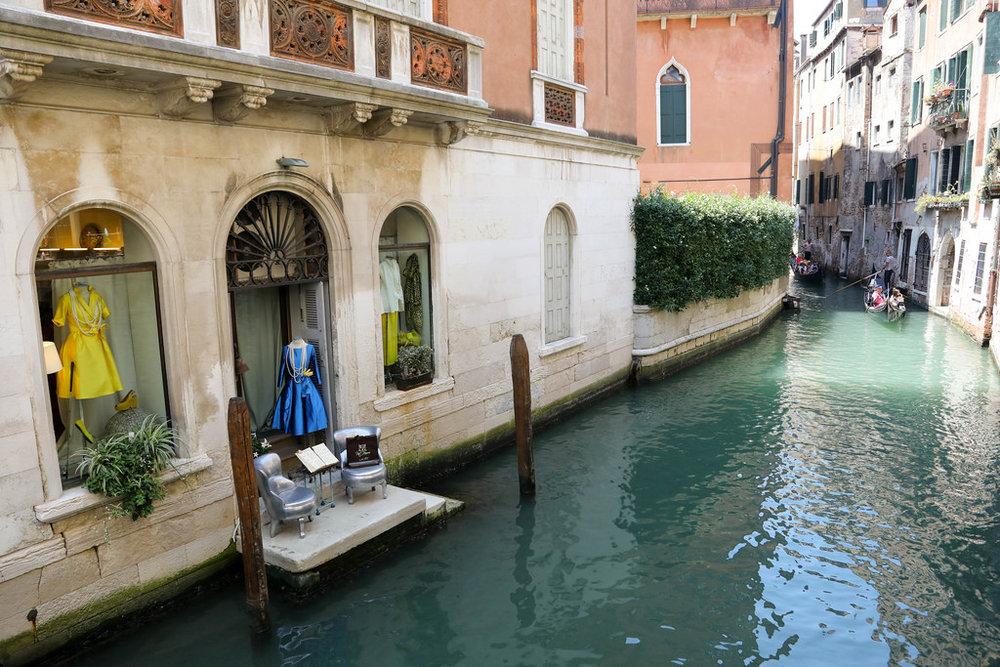 Pot-Pourrì boutique opens up to the canal