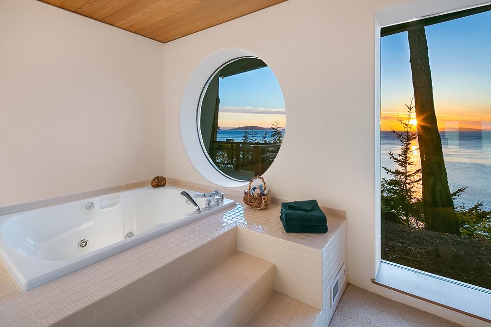Guest Bedroom (tub).jpg