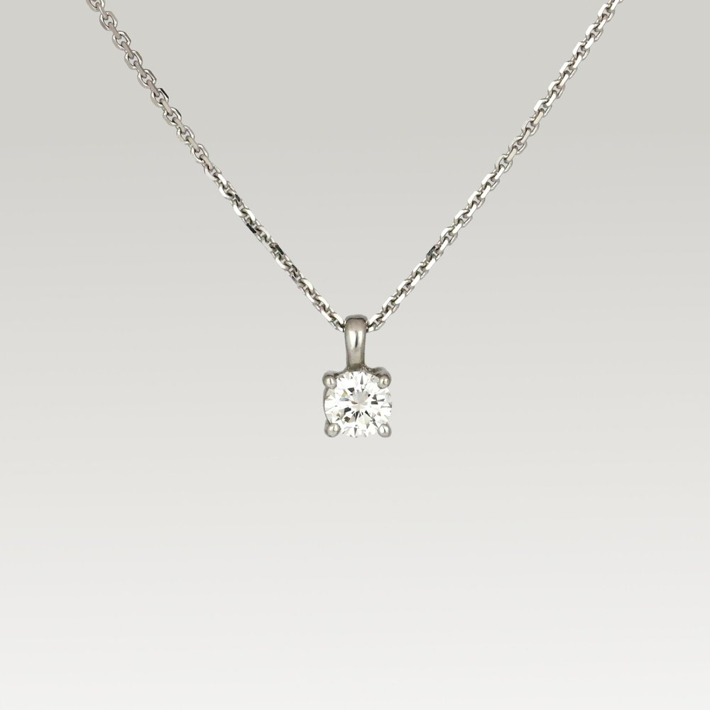 White gold pendant set with diamond.