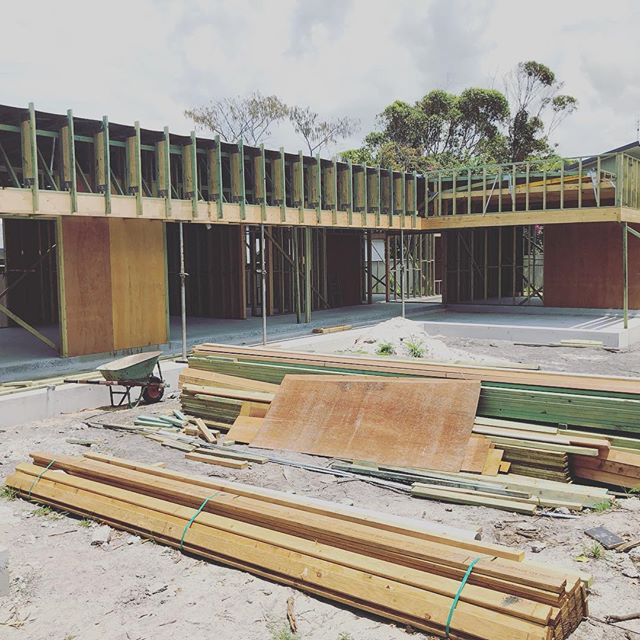 Progress at our Suffolk Park project. Beautifully designed by @thosearchitects Structural Engineer: @joshneale @kaan_whit @westera_partners . . . . . . . #byronbay #alstonville #byronbaybuilder #modern #architecture #building #mckinnonbuilding #design #architecturalbuilders