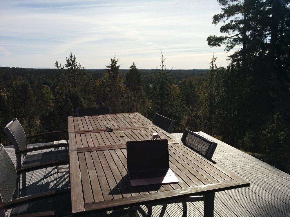 Dagens skrivaroffice som jag sedan blev tvungen att flytta till terrassen där det är vindstilla och varmare.