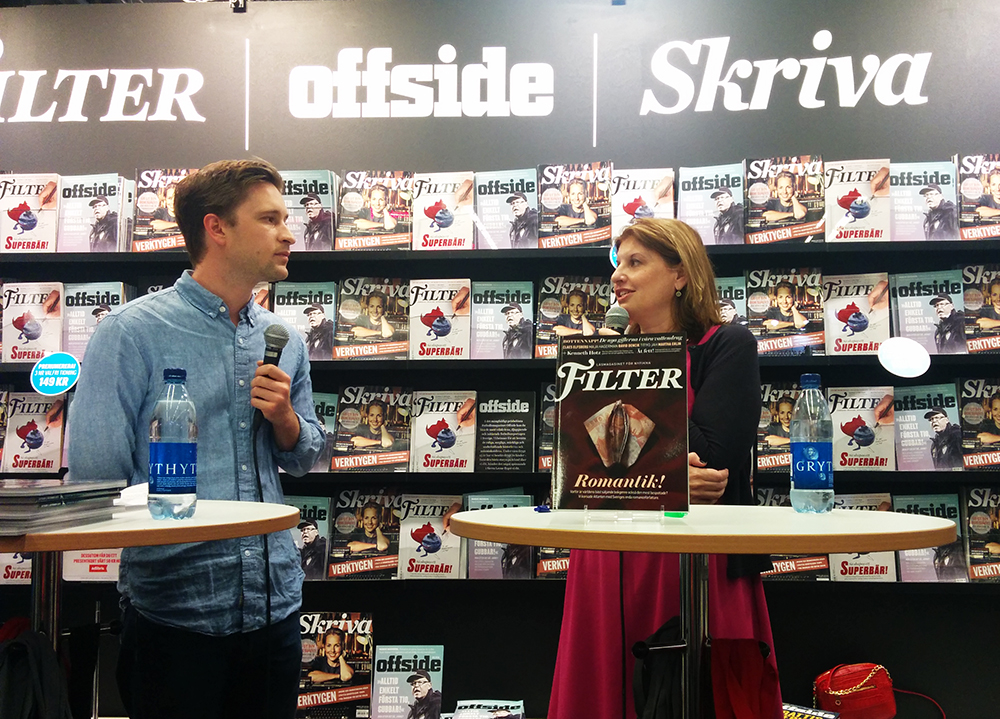 Simona intervjuades av Christopher Friman i Filters, Offsides och Skrivas gemensamma monter på bokmässan. Christopher följde också Simona till romancemässan i USA i fjol och artikeln han skrev finns också i  poddversion !