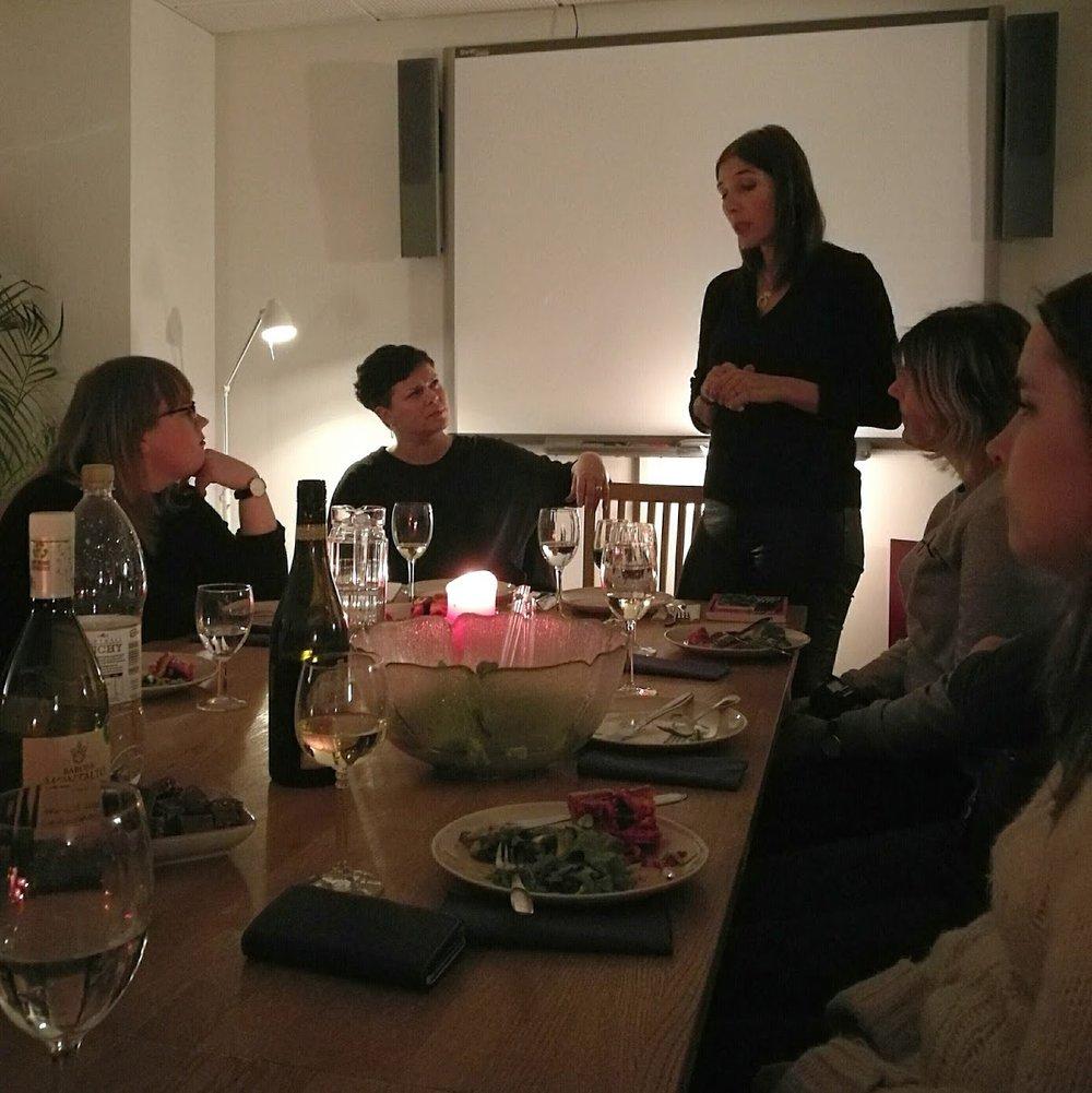 Längst till vänster  Jenna  från  Ratata  som hade ordnat kvällen, S&S litterära chef Anna Friman och så Peppe. I bilden skymtar också  Lina  och  Emzi .