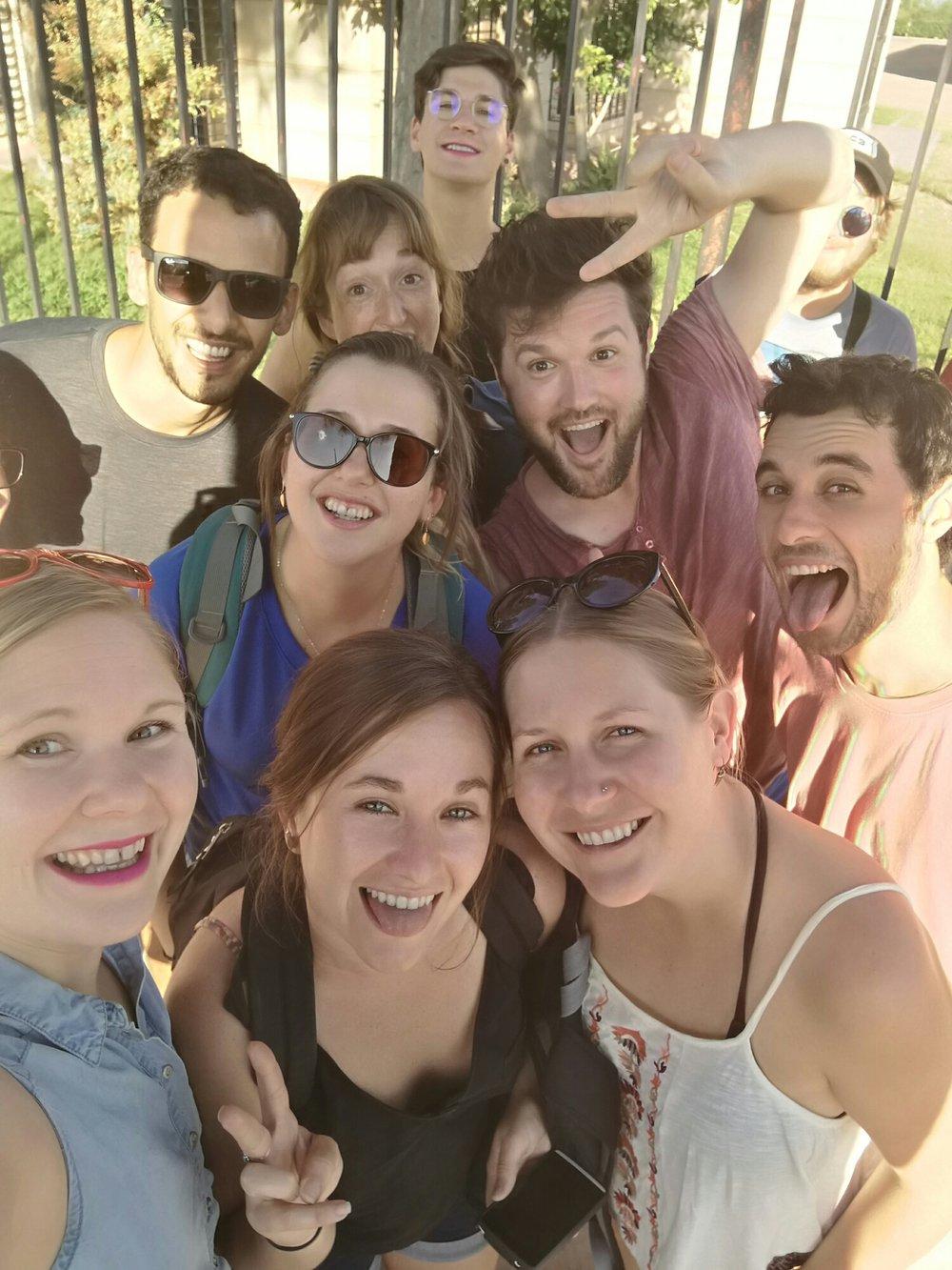 Vårt gäng plus några till som vi träffade på busshållplatsen och absolut ville vara med på en selfie.